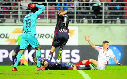 Kévin Gameiro, autor del único gol sevillista en Ipurua la pasada campaña, reclama uno de los penaltis no pitados.