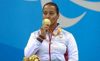 Teresa Perales besa su medalla.