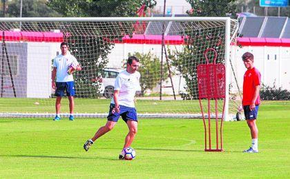 Diego Martínez dando indicaciones en un entrenamiento ante la mirada del juvenil Antonio Pozo.