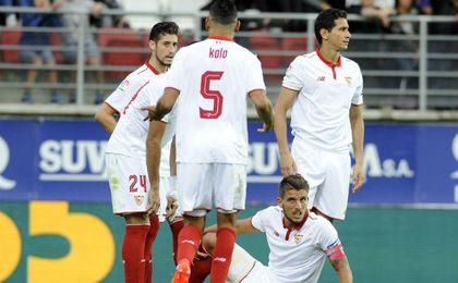 Algunos jugadores del Sevilla comentando el devenir del partido en Ipurúa.