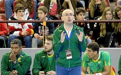 Jordi Ribera dirigiendo un partido de Brasil.
