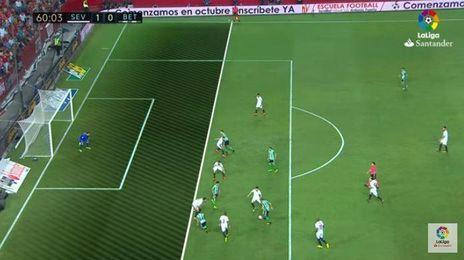 Rubén Castro está en posición legal cuando recibe el pase de Joaquín en el gol anulado a Álex Alegría.
