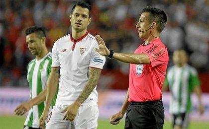 El colegiado Estrada Fernández y uno de sus asistentes se convirtieron en desgraciados protagonistas del derbi.