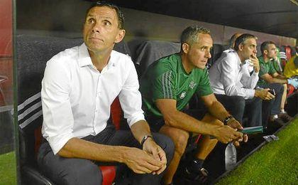 Poyet junto a Marcos �lvarez en el banquillo del S�nchez Pizj�an.