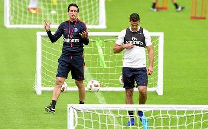 Emery da instrucciones a Ben Arfa durante un entrenamiento.