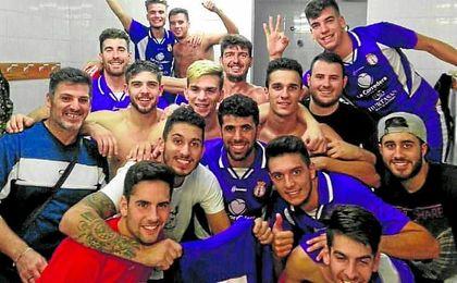 Ezequiel, en el centro de la imagen, celebra la última victoria ante el Carmona.