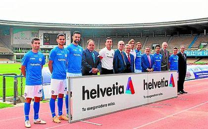 Futbolistas del Xerez D.F.C., así como representantes de la directiva azulina y de la firma suiza, posaron en el mítico Estadio Chapín.