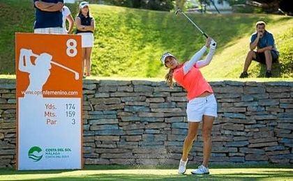 Azahara Muñoz aventaja en un golpe a la escocesa Pamela Pretswell al alcanzar el ecuador de la competición.