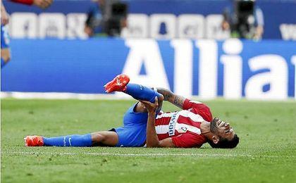 El colchonero Augusto Fernández, doliéndose en el césped tras la jugada en la que se lesionó.