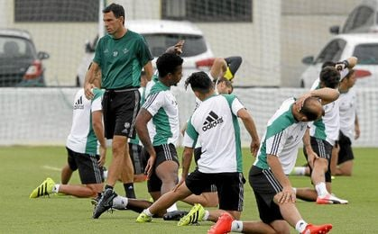 Gustavo Poyet dirige un entrenamiento.