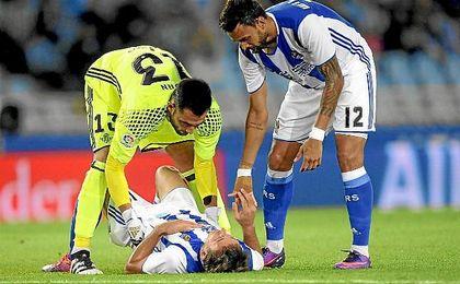 Ad�n se preocupa por Oyarz�bal tras un lance del partido.