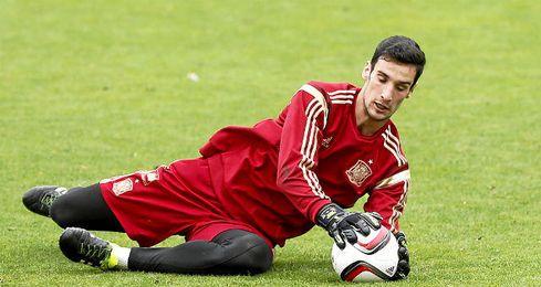 Sergio Rico vuelve a la Selección Española en una lista en la que también está Vitolo.