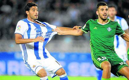 Ceballos pugna con Vela, autor del único gol del encuentro.