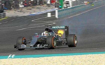 Lewis Hamilton (Mercedes) se vio obligado a abandonar por la rotura del motor cuando lideraba la prueba.