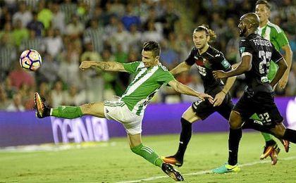 Alegría (al fondo) observa cómo Rubén no llega por poco a remachar un balón.