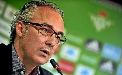 El director deportivo verdiblanco se afana estos días en rematar varias operaciones.