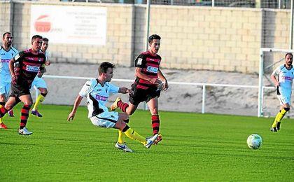 Iván Navarro persigue el esférico en un lance del Gerena-San Roque Lepe de la presente temporada.