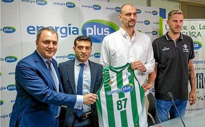 Fernando Moral (presidente del club), Sergio Martín de la Rosa (consejero de Energía Plus), Zan Tabak y Bostjan Nachbar en el acto de ayer.