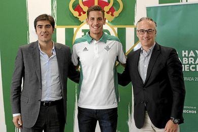 Haro, junto a Alegría y Torrecilla, tras firmarse la renovación del delantero.