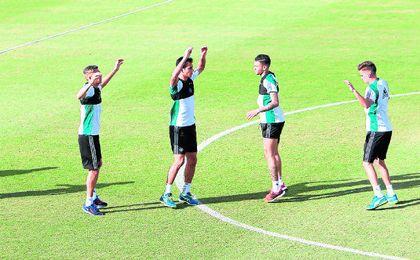 De izquierda a derecha: Jonas Martin, A�ssa Mandi, Tonny Sanabria y Jos� Carlos, durante un entrenamiento de la pasada semana en Los Bermejales.