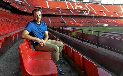 Diego Martínez posa para ESTADIO Deportivo en la grada del Sánchez Pizjuán.