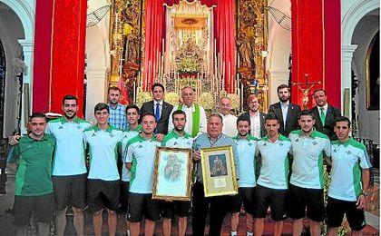 En la imagen, el Real Betis Futsal ante los pies de Nuestra Señora de Valme en Dos Hermanas.