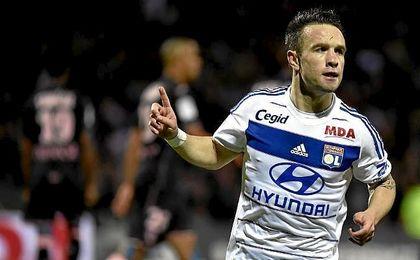 Valbuena celebra un tanto con la elástica de su actual equipo, el Olympique de Lyon.