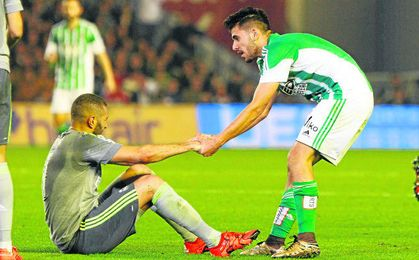 Ceballos ayuda a levantarse a Benzema en el duelo del curso pasado en el Villamarín, un estadio que no se le da nada bien al Madrid.