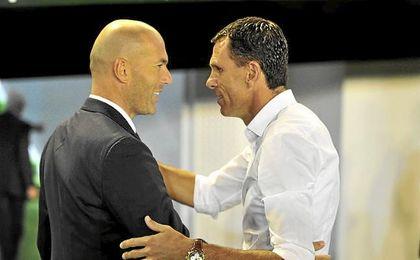 Zidane saluda a Poyet en los prolegómenos del Betis-Madrid