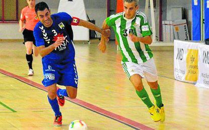 Luis Jara pelea un balón con Joan durante el encuentro disputado ayer en Amate.