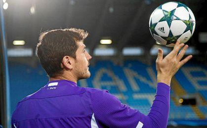 Iker Casillas juega con un balón.