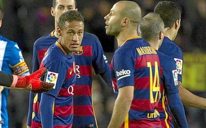 Neymar y Mascherano durante un partido de liga ante el Espanyol.