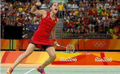 Carolina Marín celebra su oro en Río 2016.