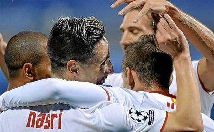 Los jugadores celebran el gol de Nasri en el Maksimir Stadium.