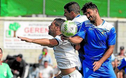 El mediocentro azulino Marrufo salta de cabeza junto a su compañero Alejo y el gerenense Álvaro Pérez.