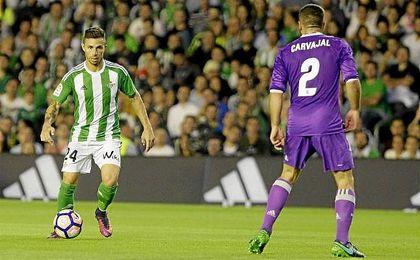 Rub�n Castro encara a Carvajal en el �ltimo partido de Liga.