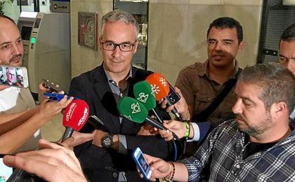 Miguel Torrecilla, atendiendo a los medios en el club Antares.
