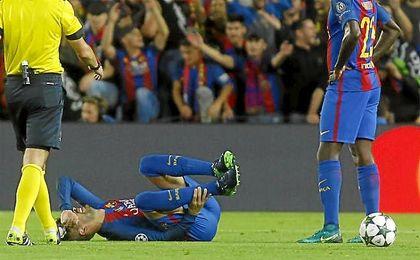 Piqué se duele de su tobillo derecho tras la entrada de su compatriota Silva.