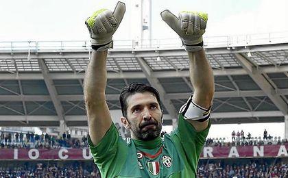 El capitán de la Juventus saluda a la afición.