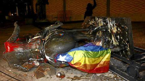 La estatua ecuestre fue derribada tras recibir varios ataques previamente.