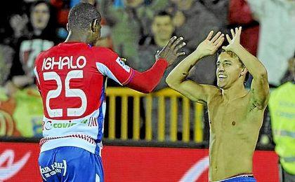 Los exjugadores del Granada celebran una victoria ante Osasuna en la temporada 12-13.