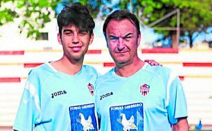 Mariano Jiménez posa con su padre, delegado aruncitano.