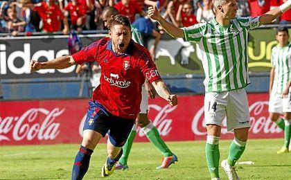 Acuña celebra un gol en el último Osasuna-Betis en Primera.