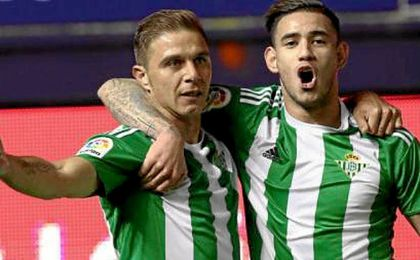 Sanabria y Joaquín celebran el 0-1.