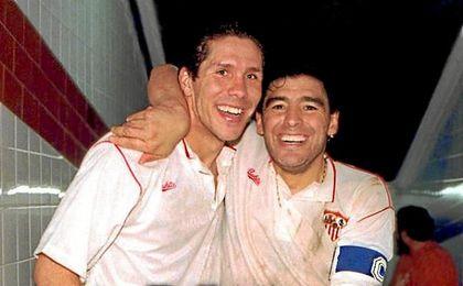 Un joven Simeone, en su etapa en el Sevilla junto a Maradona.