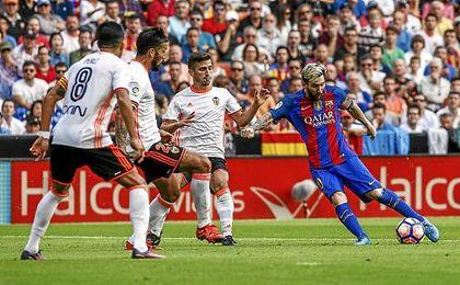 Messi anotó dos de los tres goles del Barça en Valencia.