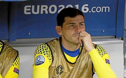 Casillas, en el banquillo durante la Eurocopa de Francia.