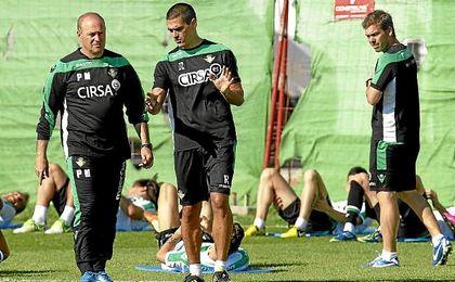 Juanito, durante su etapa como técnico de la cantera en el Betis.