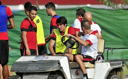 Carlos Fernández, tras caer lesionado en un entrenamiento.