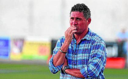 Alonso Ramírez, técnico del Alcalá, se muestra disconforme ante los arbitrajes que sufre su equipo.